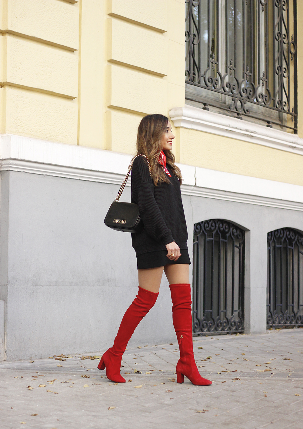 black outfit red over the knee boots uterqüe coach bag fall outfit fashion style01