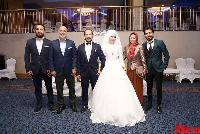 Aytemiz Alanyaspor Kulübü Başkanı Hasan Çavuşoğlu genç çiftin aileleriyle birlikte hatıra fotoğrafı çektirdi.