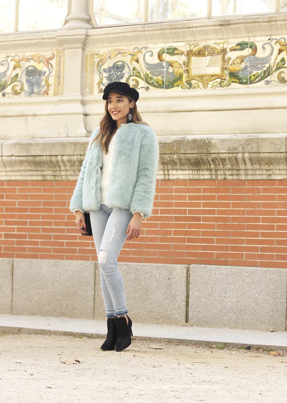 blue light faux fur coat navy cap ripped jeans zara tiger uterqüe earrings outfit street style02