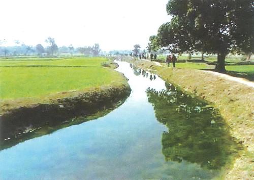 दक्षिण बिहार में आहर-पइन प्रणाली बहते पानी को घेरने वाले आयताकार बाँधयुक्त क्षेत्र और पहाड़ी नदियों के पानी को खेतों तक पहुँचाने का माध्यम है।