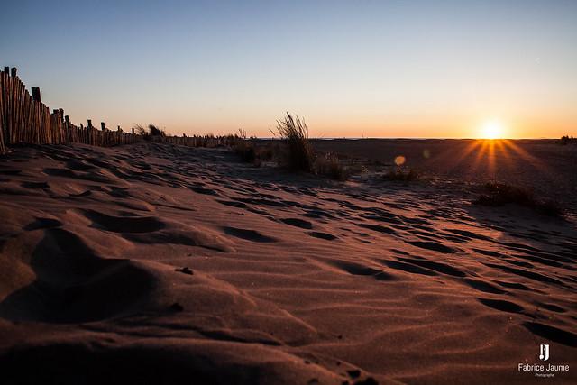 Coucher de soleil sur plage sauvage