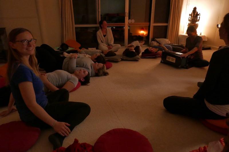 Eine entspannte Runde mit Chanten (Singen) am Ende des Tages.