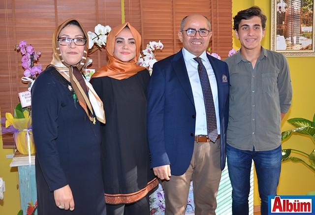 Diyetisyen Esin Bozkurt, annesi, babası ve kardeşiyle birlikte poz verdi.