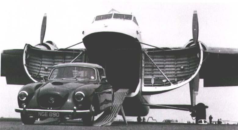 ristol 405 (1953 г.) выезжает из военно-транспортного самолета Bristol Type 170 Freighter (1946 г