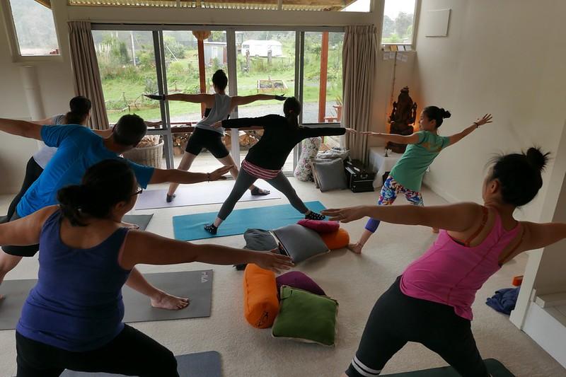 Wochenend Yoga Klasse. Draußen regnet es sowieso.