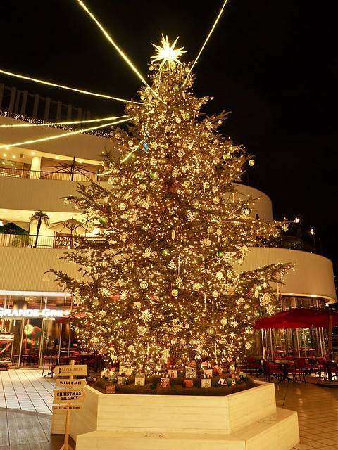 Photo:Xmas tree in gold By arty822