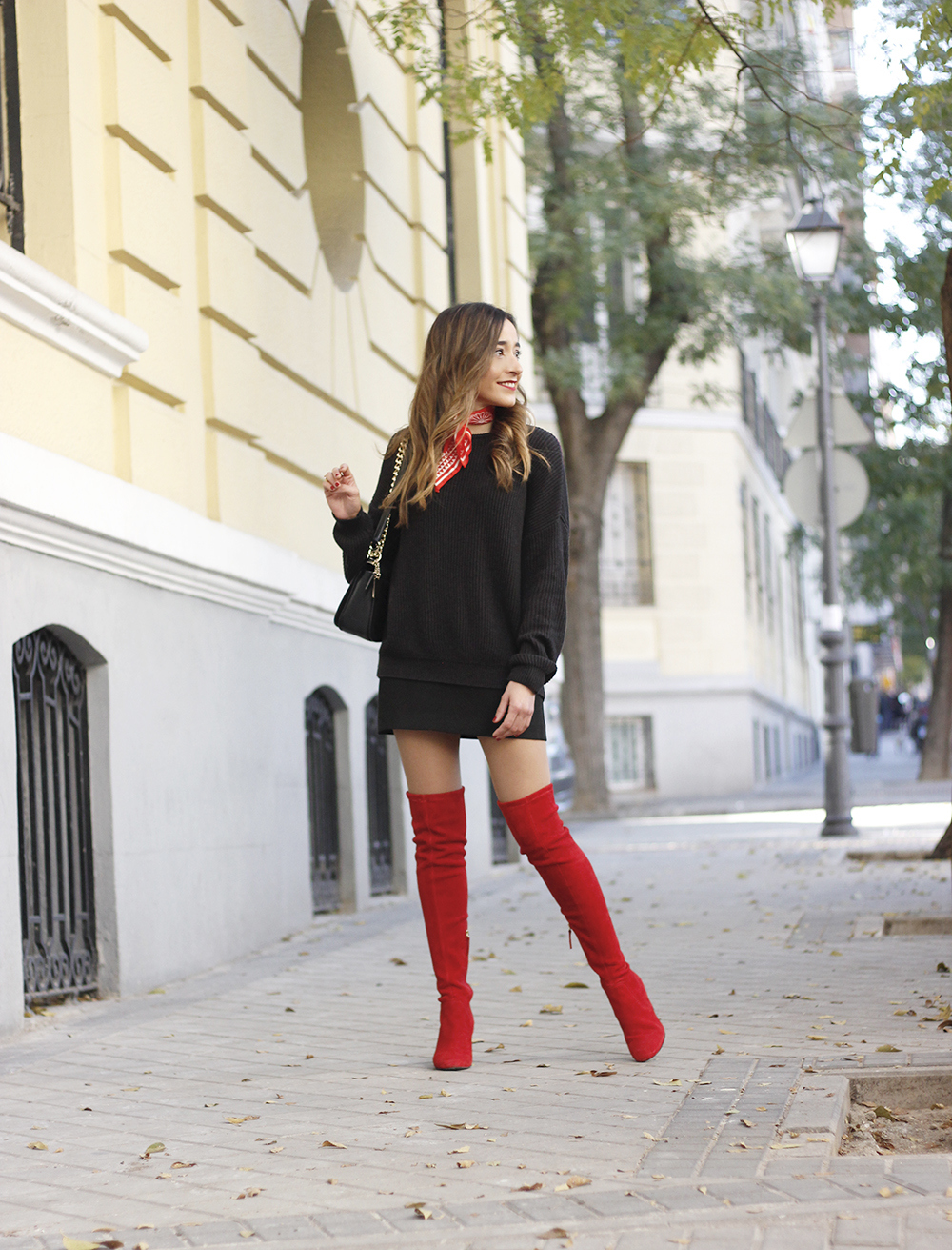 black outfit red over the knee boots uterqüe coach bag fall outfit fashion style06
