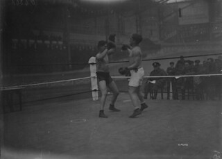 Gunner Herskovitch (Canada) and Private Mignot (Australia) in welterweight contest, Brussels, Belgium / L'artilleur Herskovitch (Canada) et le soldat Mignot (Australie) s'affrontant dans la catégorie des poids mi-moyens, Bruxelles (Belgique)