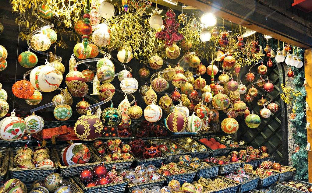 Joulukoristeita Wienin joulumarkkinoilla