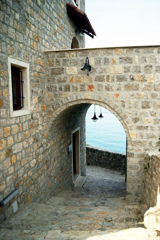 Арочный проход у крепостной стены
