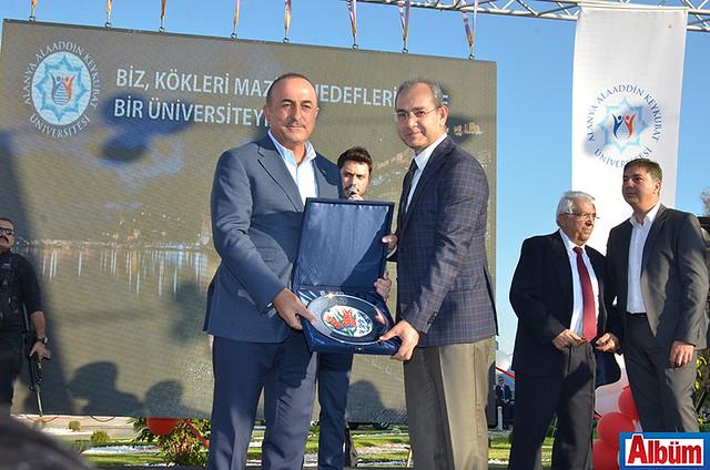 Bakan Mevlüt Çavuşoğlu, ALKÜ Rektörü Prof Dr. Ahmet Pınarbaşı