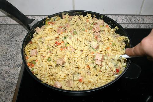 51 - Nudeln mit Sauce vermischen / Mix noodles with sauce
