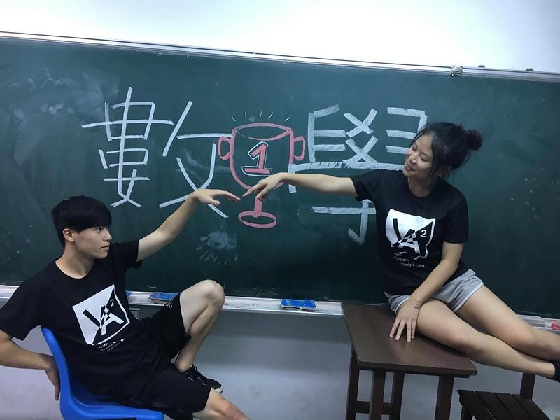 數學系啦啦總籌林亞辰(左)和曾溫雅(右)。圖/曾溫雅提供