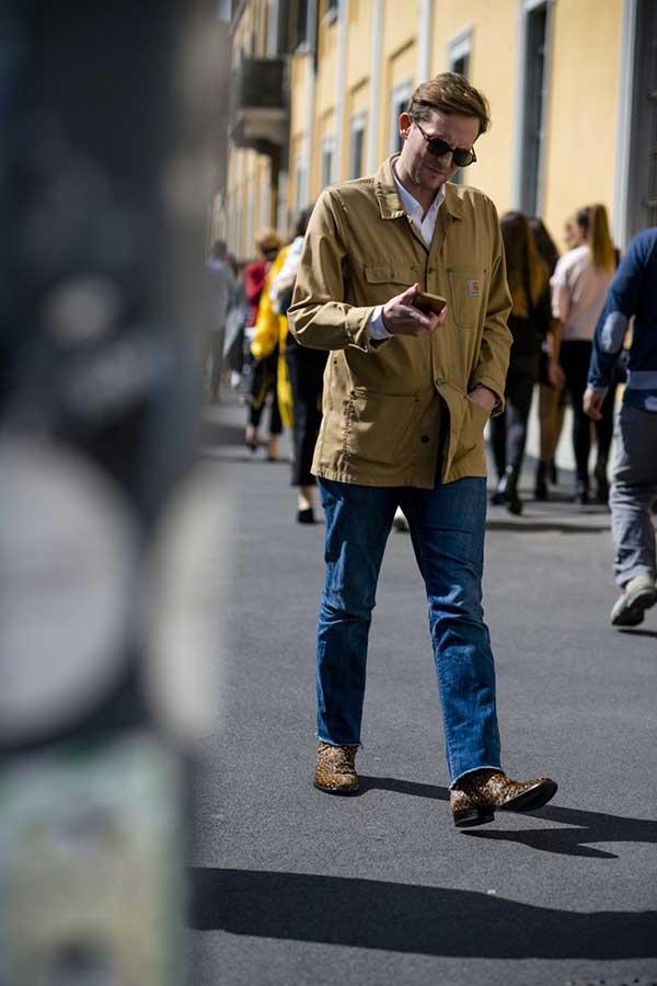 ベージュカーハートカバーオール×白シャツ×デニムパンツ×キャメルウエスタンブーツ
