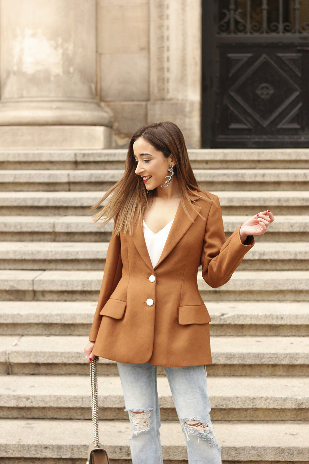 brown blazer uterqüe ripped jeans blue heels gucci bas fall outfit13