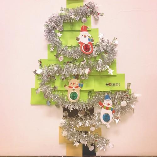 用紙膠帶+3M狠黏便利貼+大創聖誕節吊飾完成的小聖誕樹