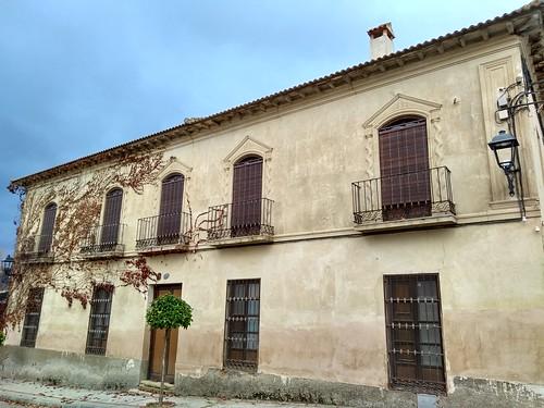Casa con columnas salomónicas.