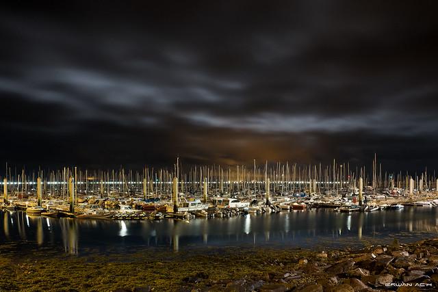 Nuit de pleine lune sur la marina du château.