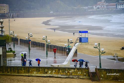Hoy dia de paraguas en la playa de Zarautz