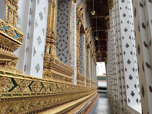 仏堂周辺の回廊はフォトスポット