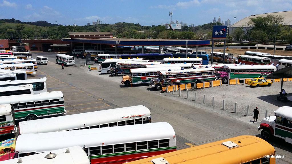 Värikkäitä busseja Panaman bussiasemalla