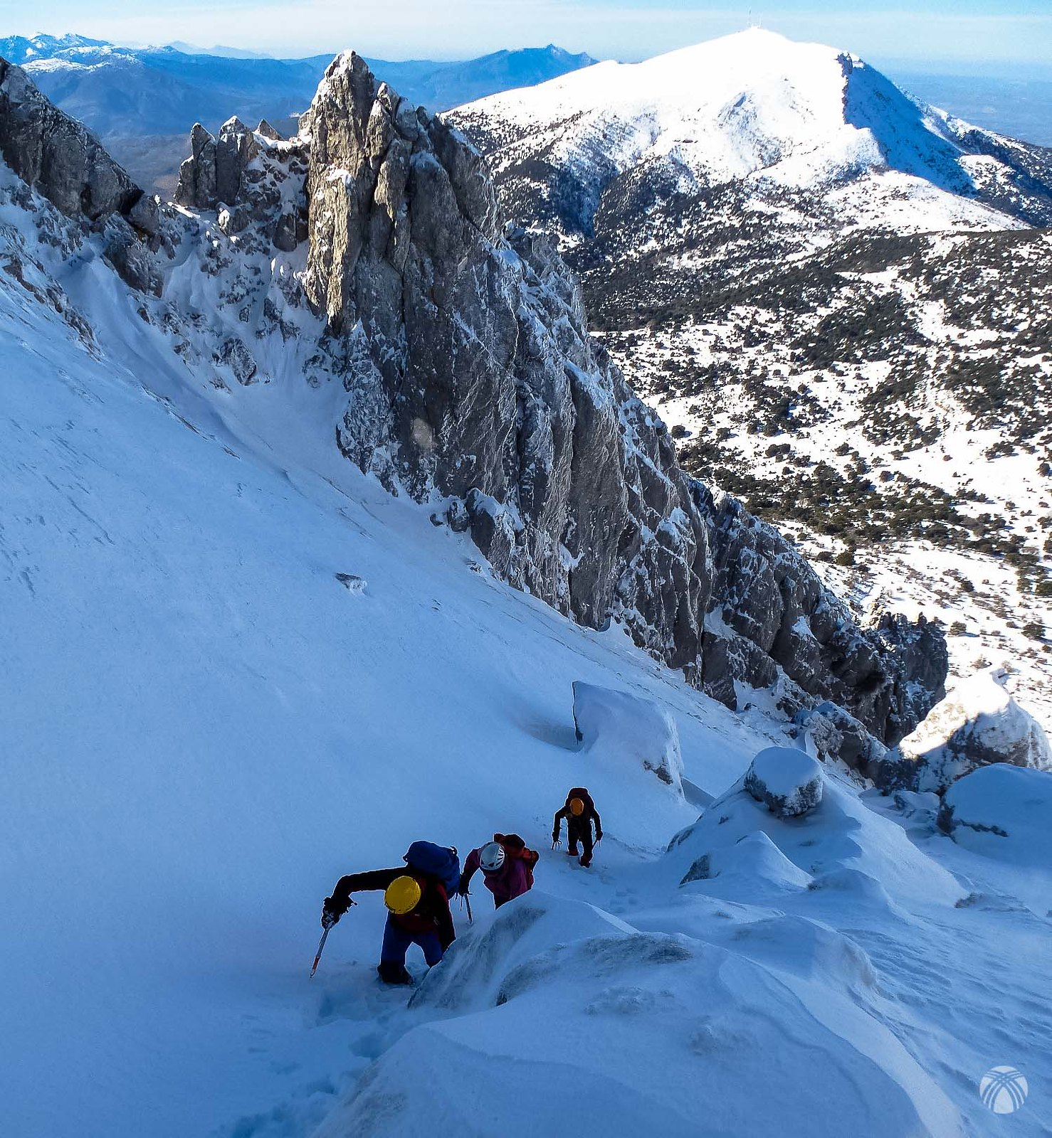 Perspectiva del corredor y al fondo el Cerro Almacén con sus antenas características