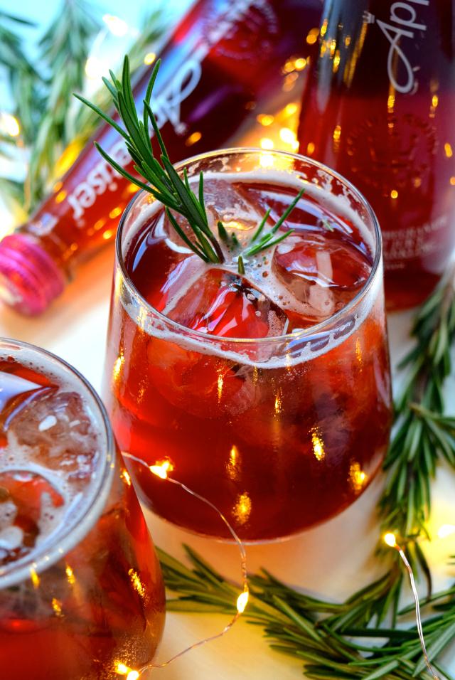 Pomegranate & Rosemary Spritz #christmas #cocktail #pomegranate | www.rachelphipps.com @rachelphipps