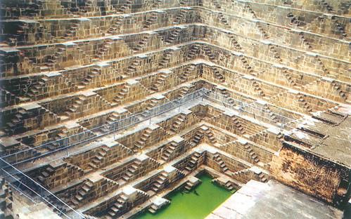 झालरा जल संचयन प्रणाली जोकि अपने से ऊँचाई पर स्थित तालाबों या झीलों के रिसाव से पानी प्राप्त करते हैं और अपने अद्भुत वास्तुशिल्प के लिये विख्यात हैं।