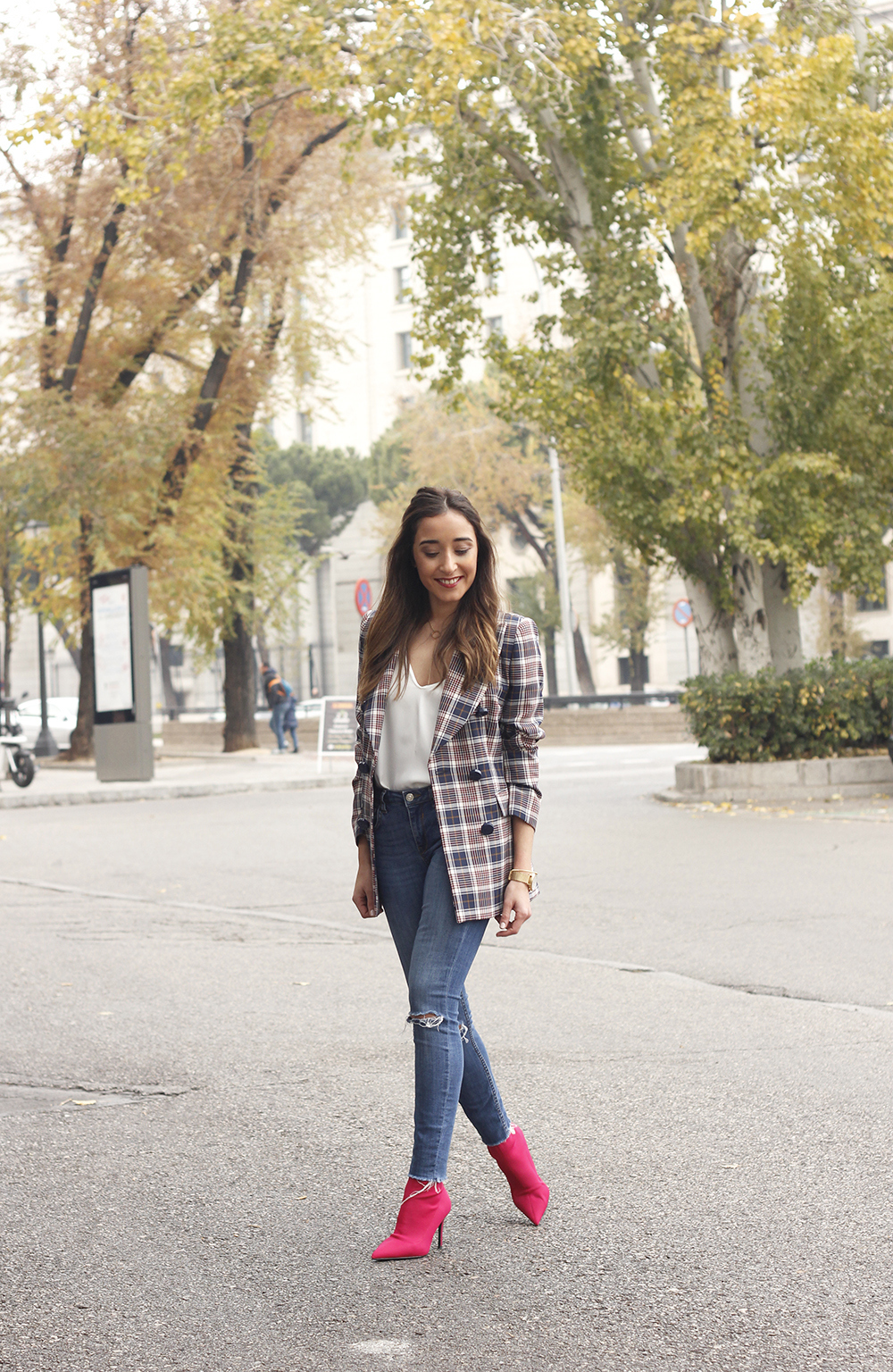 check blazer ripped jeans pink booties street style fashion outfit04