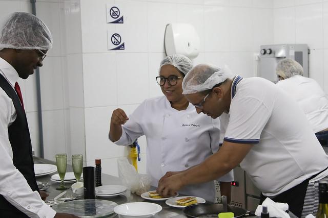 Alunos de Cozinheiro simulam atendimento para encerramento de curso