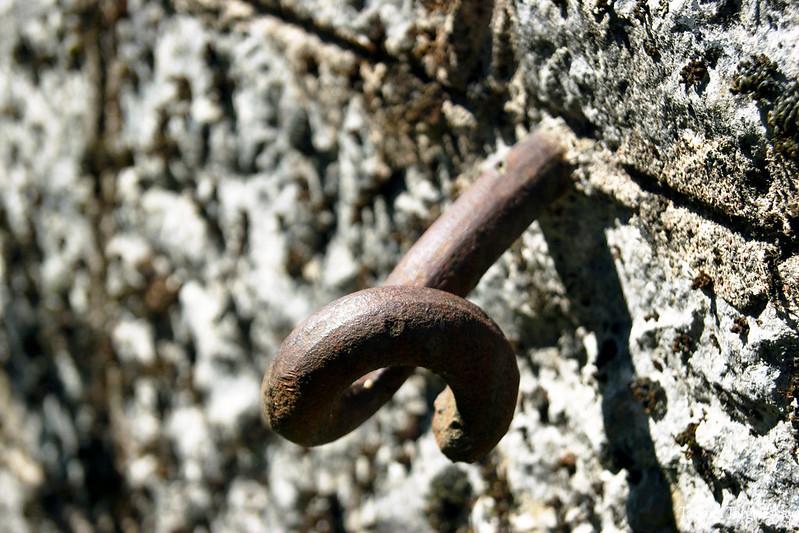 Металлический штырь, торчащий из стены