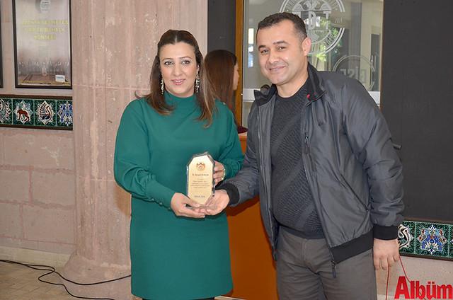 Engelsiz Sanat Atölyesi El Sanatları Öğretmeni Ayşegül Macar Koçak, Alanya Belediye Başkanı Adem Murat Yücel