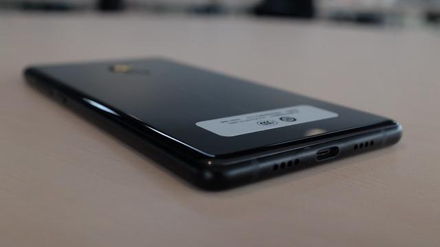Sisi bawah Xiaomi Mi MIX 2 terdapat speaker dan port USB type C untuk pengisian daya (Liputan6.com/ Iskandar)