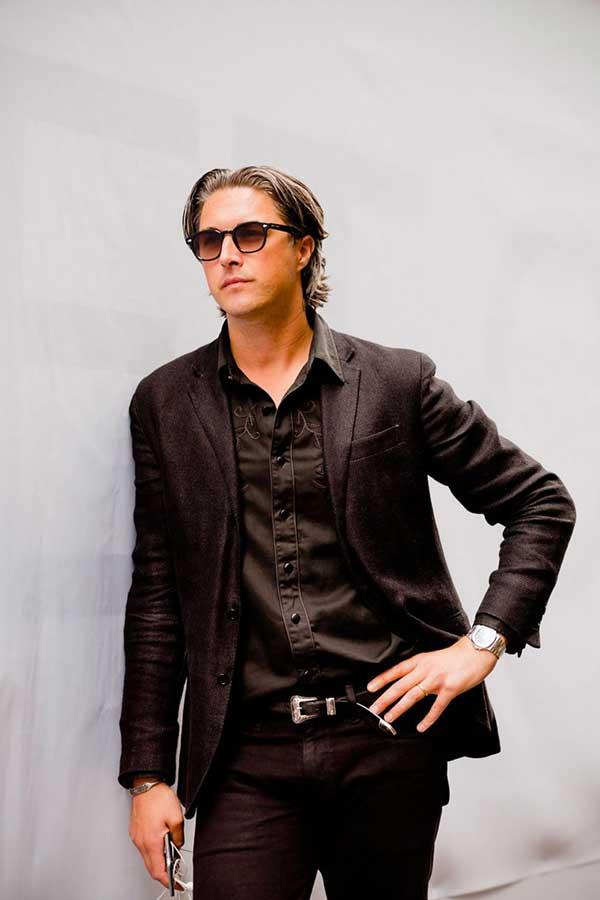 黒テーラードジャケット×黒ウエスタンシャツ×黒パンツ