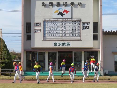 金沢競馬場のパドックでの騎乗風景