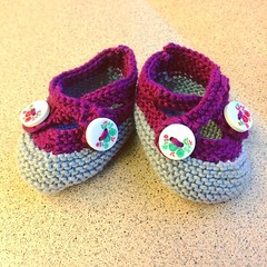 Baby booties for my colleagues new daughter! I'll keep busy with baby-projects what with my bestie pregnant with twins and my sister-in-law also with child. (Nibling 9 on the way!) #knittersofinstagram #knittingaddict #knitting #babybooties #gift #imadeth