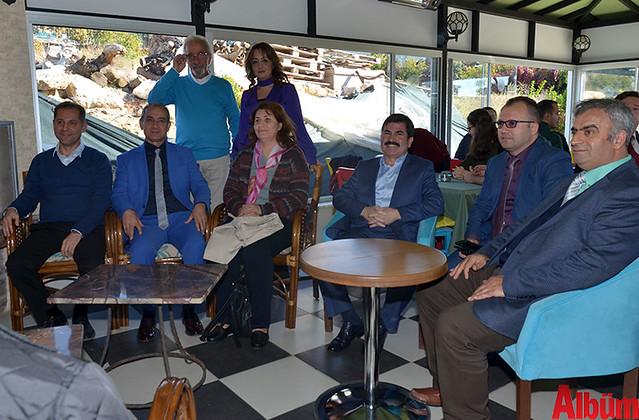 Rektör Yardımcısı Prof. Dr. Hasan Güneş, ALKÜ Rektörü Prof. Dr. Ahmet Pınarbaşı, Rektör Yardımcısı Prof Dr. Leyla Harputlu, ALKÜ Eğitim ve Araştırma Hastane Yöneticisi Tevfik Yazan ve davetliler hep birlikte fotoğraf çektirdi.