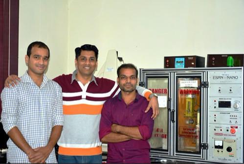 आईआईटी-रुड़की के शोधकर्ता शानिद मोहियुद्दीन (बाएं), डॉ गोपीनाथ (मध्य) और राजकुमार सदाशिवम (दाएं) नैनो-फाइबर बनाने के लिए उपयोग किए गए इलेक्ट्रोस्पिनिंग यंत्र के साथ।