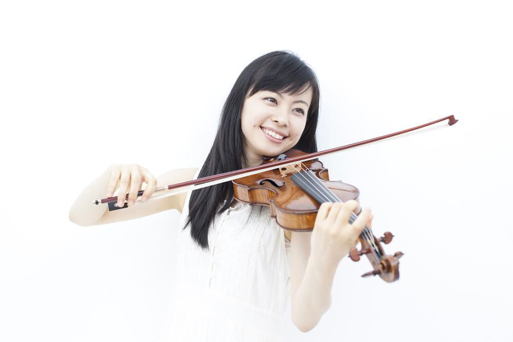solo violinist playing with ease