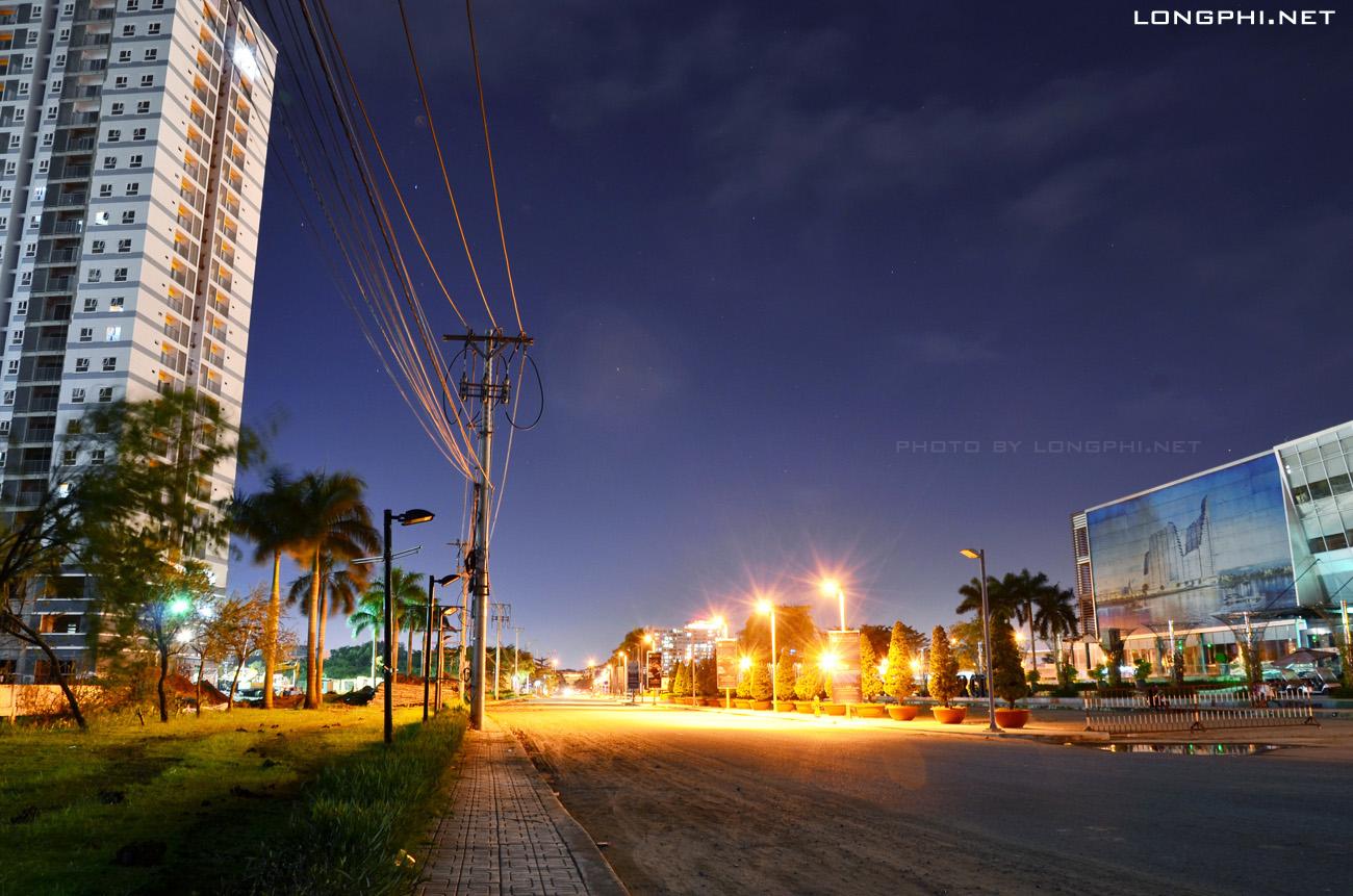 Đường Đào Trí về đêm... Đường được quy hoạch lộ giới 40m. Bên trái ảnh là Tháp Bắc M1 - Jamona Apartment.