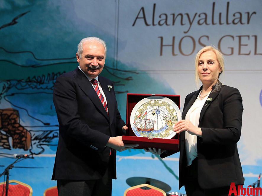 İstanbul Büyükşehir Belediye Başkanı Mevlüt Uysal, Alanya Kent Konseyi Başkanı Nurhan Özcan