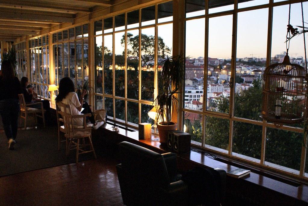 > Superbe vue depuis le Café da Garagem dans l'Alfama à Lisbonne.