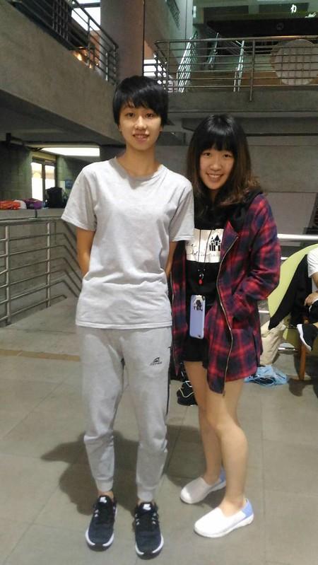 兩位辛勤的啦啦總籌與副籌,今天也為了社教系的冠軍正在努力著。圖/郭宇棠攝。