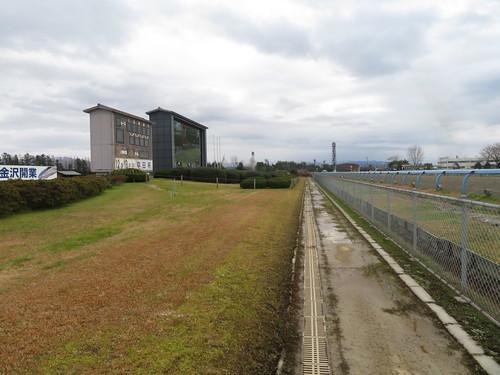 金沢競馬場の走路側の通路