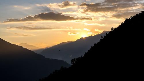 nepal2017exkursiontrekking sunset sonnenuntergang landschaft landscape berge mountains himalaya nepal trekking trees sky himmel bäume canon sigma 24105 clouds wolken