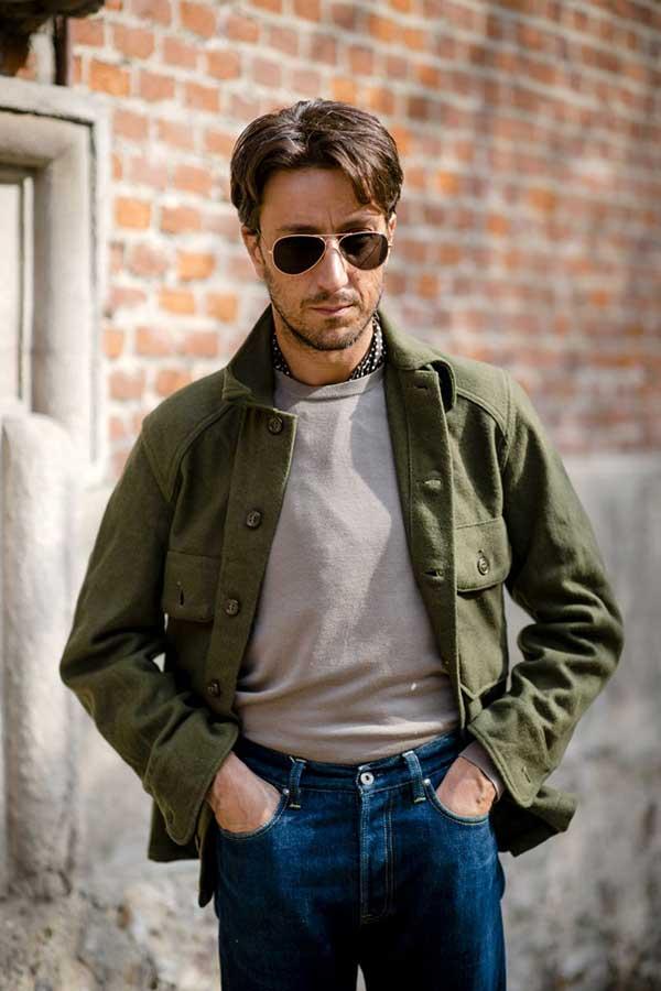 カーキウールワークジャケット×ライトグレーTシャツ×デニムパンツ