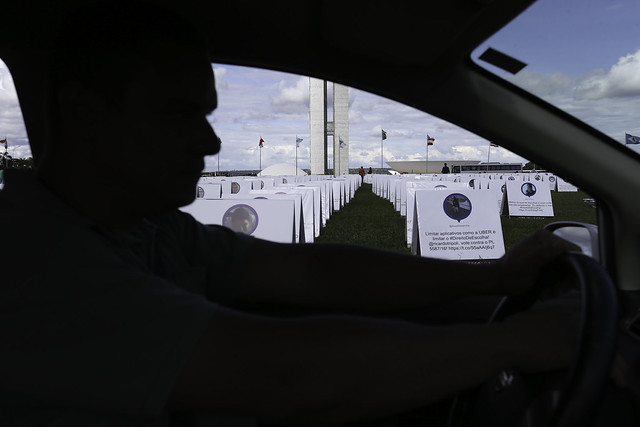 Motoristas do Uber protestam contra a votação do PL 5587/16, que trata da regulamentação dos serviços de transporte individual privado - Créditos: Fabio Rodrigues Pozzebom/Agência Brasil