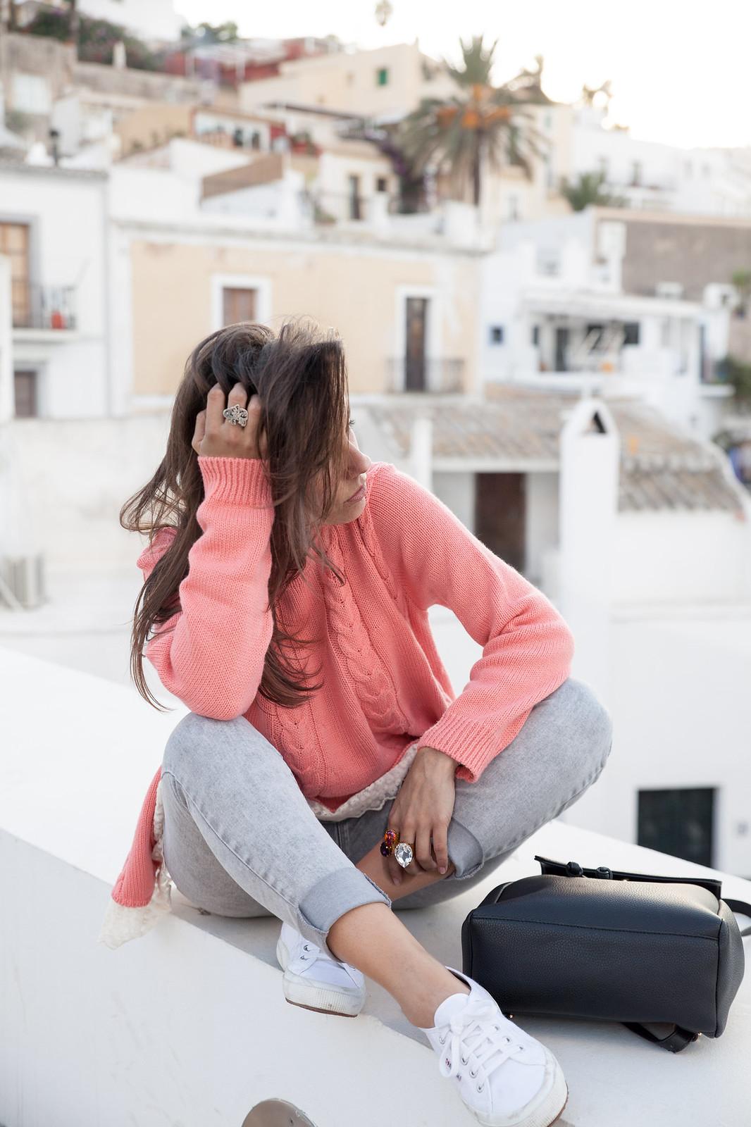 como combinar jersey de punto rosa theguestgirl influencer ibiza spain barcelona outfit superga bambas blancas