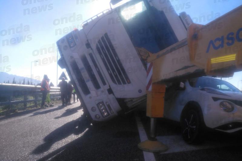 Camion si ribalta e schiaccia un'auto