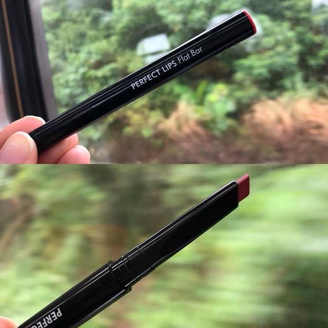 【手帖365】TONYMOLY筆型唇膏 這是我的東區愛人緻美侯佩岑送我的禮物,我必須大大的讚嘆這支口紅好畫的程度,扁平斜筆型,一筆就可輕鬆畫出輪廓,而且輕盈好帶,拿在手上根本會以為是筆(到底為何想騙人),顏色也好看,我真心好喜歡!我還有用它家的另一支潤色護唇膏也好用,但是那要算另一篇,好梗可貴不可浪費! #生活手帖365 #沒有朋友怎麼辦 →看其他生活手帖365:http://ift.tt/2ymD4F2 #我真的是在火車上寫的啊啊啊